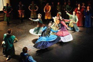 Straszny dwór. Na zdj. Chór i Balet Opery Krakowskiej. Fot. Jacek Jarczok_m