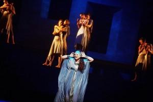 Ariadna na Naxos. Na zdj. Magdalena Barylak i Balet Opery Krakowskiej. Fot . Jacek Jarczok (2)