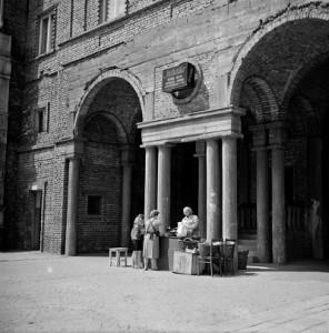 Brama na os. Centrum B, l. 60. XX w., fot. Henryk Hermanowicz