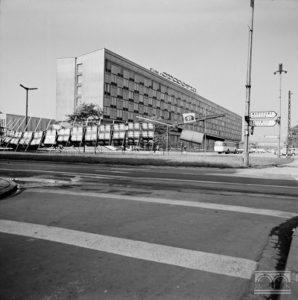 Hotel Cracovia, al. A. Puszkina 1 (obecnie al. F. Focha 1), Henryk Hermanowicz.
