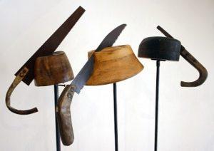 Daniel Spoerri, Pióra do kapelusza (Hutfedern), 2005, instalacja, 39 elementów