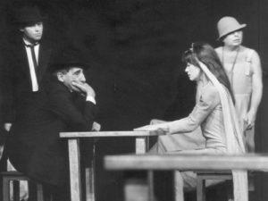 """spektakl """"Nigdy tu już nie powrócę"""" Teatru Cricot 2 (1988), fot. Jerzy Borowski (ze zbiorów Archiwum Cricoteki)."""