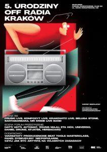 """OFF Radio Kraków zaprasza do wspólnego świętowania 5. urodzin! 25 stycznia 2020 r. w Forum Przestrzenie oraz w klubie 89 zagoszczą koncerty, live acty, sety DJ-skie, warsztaty producenckie i dyskusje. Nie zabraknie świeżej muzyki oraz premierowych występów. Partnerem strategicznym wydarzenia jest Krakowskie Biuro Festiwalowe. OFF Radio Kraków jest cyfrową rozgłośnią, która od pięciu lat przyciąga pasjonatów muzyki. Od samego początku jej głównym celem było promowanie niszowych gatunków oraz artystów, których na próżno szukać w dużych, mainstreamowych rozgłośniach. Ramówkę wypełniają programy prowadzone przez dziennikarzy muzycznych, DJ-ów, producentów i artystów – to grono tworzą m.in. Daniel Drumz, Agnieszka Szuścik, Anna Prokop, Paweł Pruski, Piotr Figiel czy Eta Hox. Grono słuchaczy rozgłośni wciąż się poszerza, a nadchodzące urodziny to muzyczny sposób na podziękowanie wszystkim dotychczasowym sympatykom. Pierwsza część urodzin obejmuje warsztaty i panel dyskusyjny. Warsztaty Producenckie Beat Tools Masterclass są kontynuacją zapoczątkowanego przez Pawła Pruskiego, producenta i dziennikarza OFF Radia Kraków, cyklu Beat Tools Open Space. Tym razem swoją wiedzą z uczestnikami podzieli się pomysłodawca cyklu oraz zaproszeni goście – duet Kompozyt i polski producent Hatti Vatti. Urodzinowa edycja warsztatów przedstawi trzy różne spojrzenia na proces tworzenia muzyki. Spotkanie pozwoli również skonfrontować wiedzę z tymi, którzy w swojej dziedzinie osiągają wydawnicze sukcesy. Panel dyskusyjny zatytułowany """"(Nie)popularni – jak być artystą na własnych zasadach?"""" poprowadzi Anna Prokop, dziennikarka OFF Radia Kraków oraz Radia Kraków. Jest on odpowiedzią na problemy początkujących artystów, które wiążą się z odnalezieniem własnej drogi w przemyśle muzycznym. Czy wyznacznikiem sukcesu jest liczba wyprzedanych koncertów? Jak trafić do właściwego grona odbiorców? Czy i w jaki sposób o sobie mówić? Wśród dyskutantów znajdą się Łukasz Lembas (Krakowskie Biuro Festiwalowe),"""